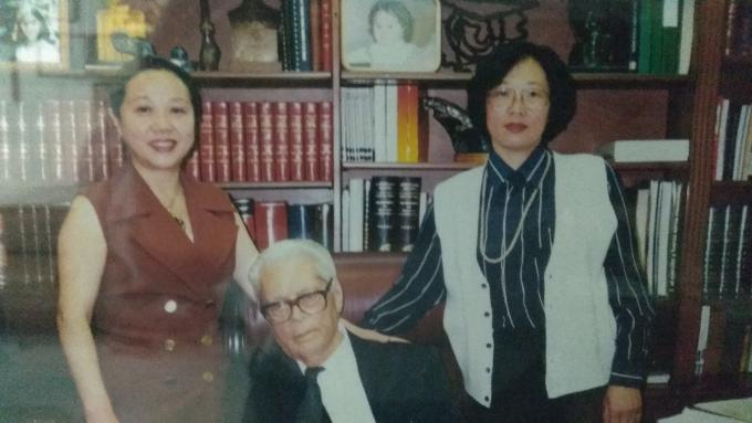 Dra Xi Ling y Dra Xi con Fidel Velázquez quien recibió tratamiento para hemiplejia.